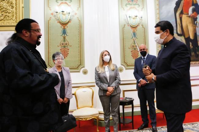 Presidente da Venezuela, Nicolás Maduro, e Steven Seagal durante encontro em Caracas. 04/05/2021
