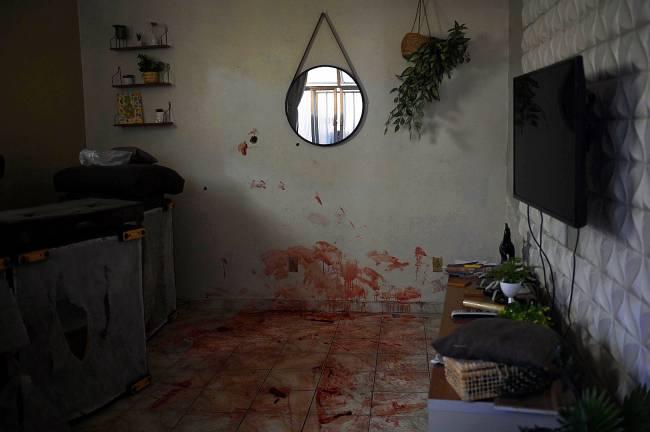 Marcas de sangue das vítimas mortas na ação policial
