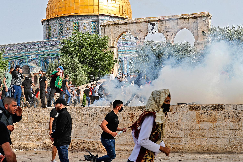 FUMAÇA E TIROS -Mesquita de Al Aqsa: os fiéis e a polícia se enfrentam -