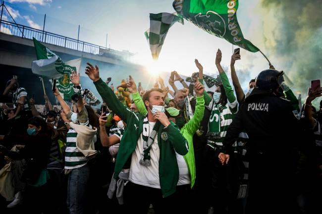 Torcedores do Sporting ignoraram a pandemia e comemoraram no entorno de Alvalade -