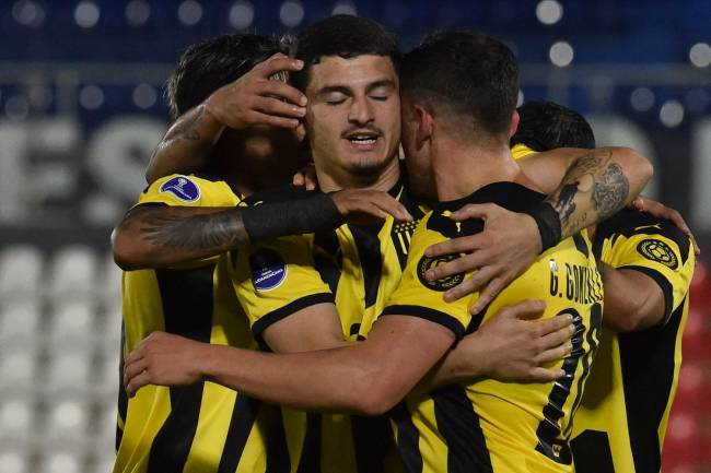 Alvarez Martinez (centro) celebra gol contra o River do Paraguai, pela Sul-Americana