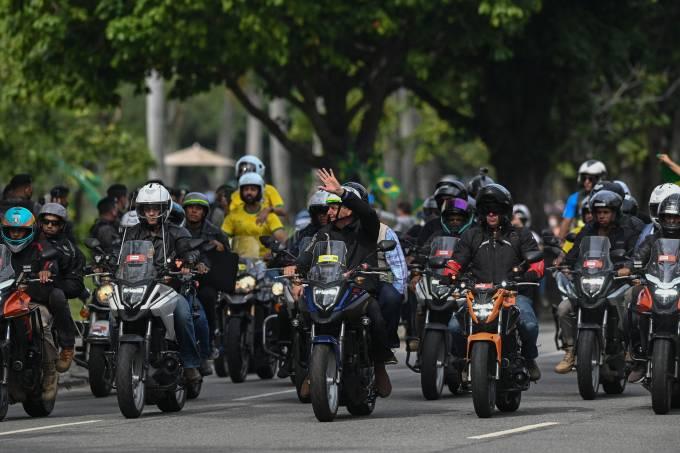 Presidente Jair Bolsonaro faz passeata de motocicleta no Rio de Janeiro