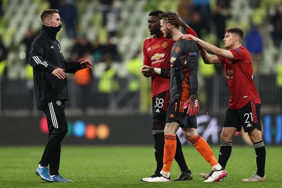 O goleiro De Gea sendo consolado pelos colegas após perder o pênalti decisivo contra o Villareal -