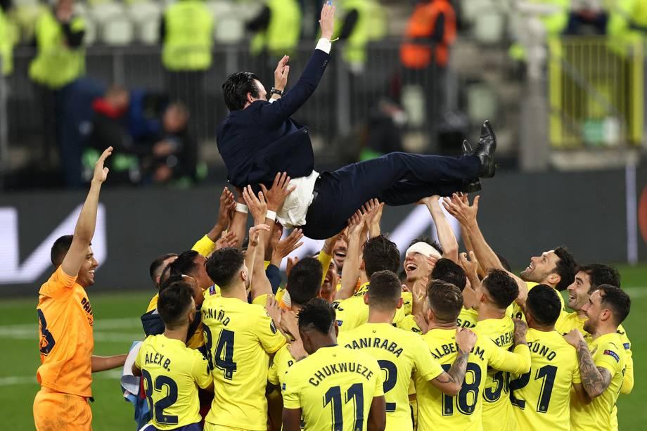 O técnico espanhol Unai Emery celebra com seus jogadores mais um título da Liga Europa -