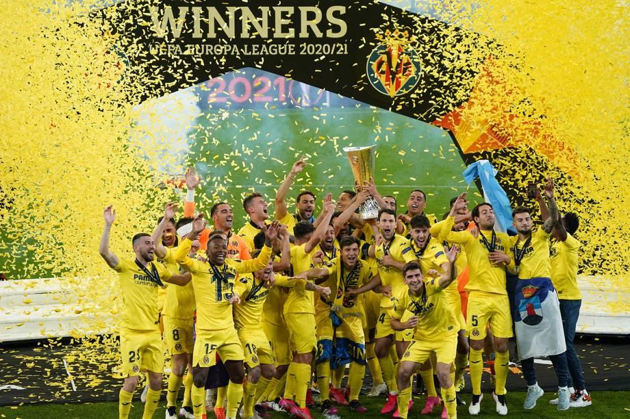 Jogadores do Villareal erguem a taça do título da Liga Europa -