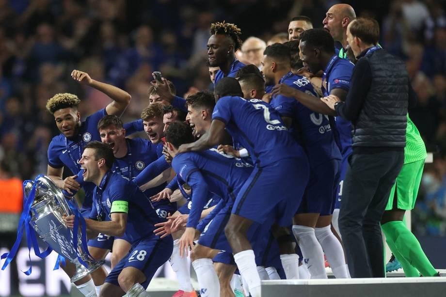 Azpilicueta ergue a taça da Liga dos Campeões junto com os companheiros de Chelsea -