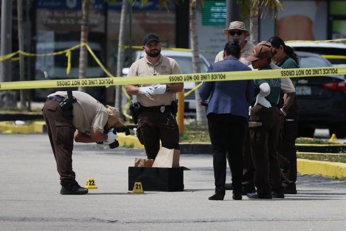 Policiais do lado de fora de uma casa de shows, onde duas pessoas morreram e mais de vinte ficaram feridas após ação de assaltantes