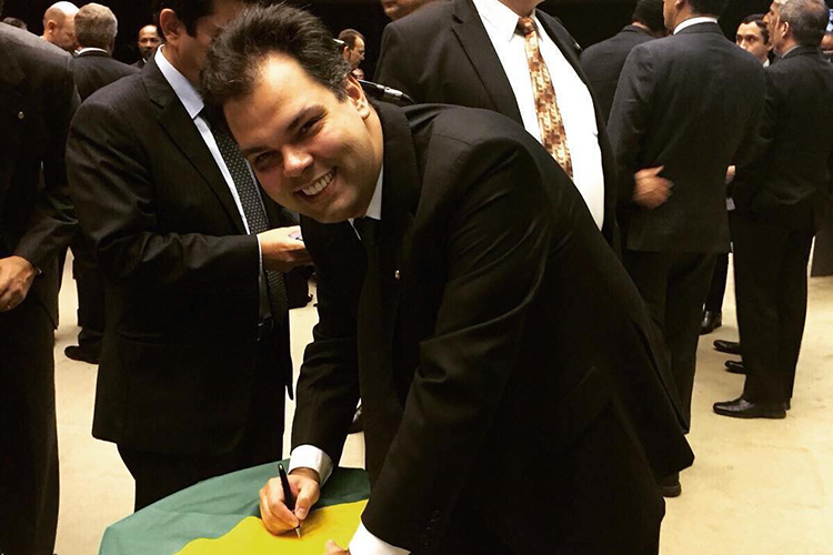 Covas, quando deputado federal, assinando uma bandeira pelo apoio ao impeachment de Dilma Rouseff, em 2015 -