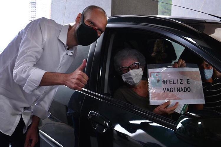 Bruno Covas durante vacinação aos idosos em São Paulo, no início de 2021 -