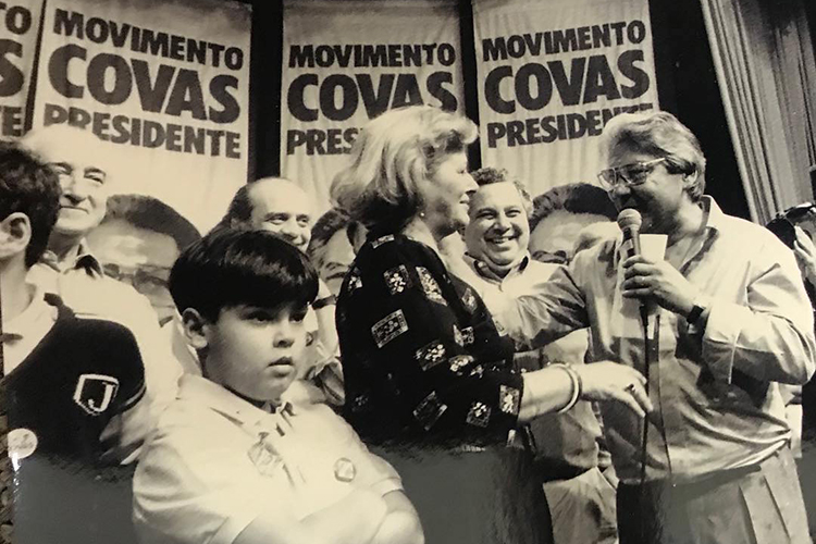 Covas, ainda criança, ao lado de Mário Covas, durante a campanha presidencial do avô em 1989 -