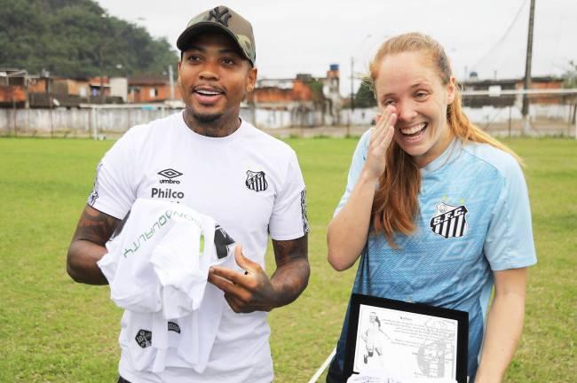 Em homenagem ao lado de Marinho após chegar ao 100º gol pelo Santos -
