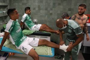 Os jogadores Giovani, Gabriel Menino e Zé Rafael se preparam para o jogo contra a equipe do Mirassol, pelo Campeonato Paulista -