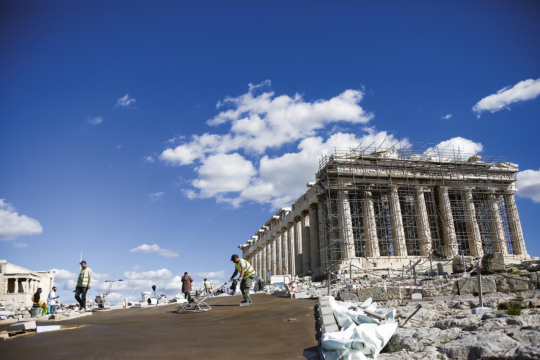 DE OLHO NOS TURISTAS - O piso de cimento facilitou o acesso íngreme e pedregoso à Acrópole de Atenas, mas se tornou um corpo estranho na paisagem. Agora o governo planeja adicionar a réplica de escadaria de mármore da Antiguidade aos soberbos pilares erguidos na Grécia antiga -