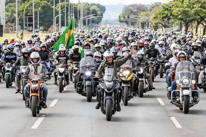 Presidente Jair Bolsonaro durante passeio de moto pelas ruas de Brasília.