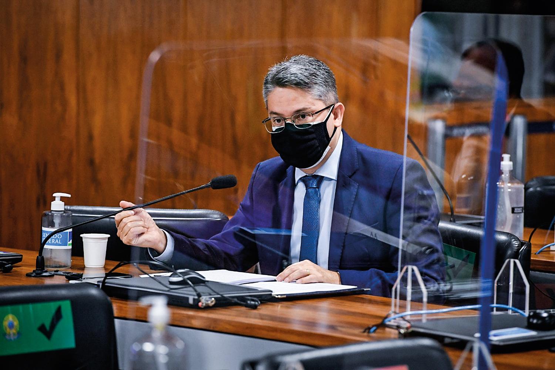 OBJETIVIDADE - Alessandro Vieira, que tem experiência como delegado: técnica de interrogatório durante os depoimentos -