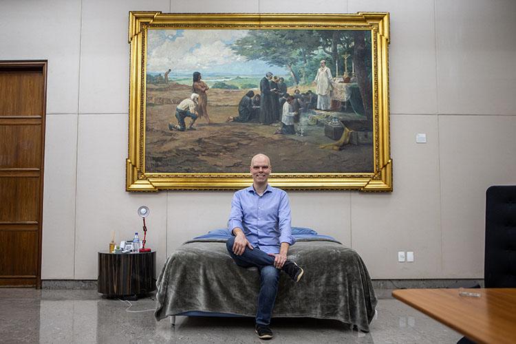 O prefeito Bruno Covas tirou a cama da própria casa e passou a dormir no seu gabinete na prefeitura da cidade -