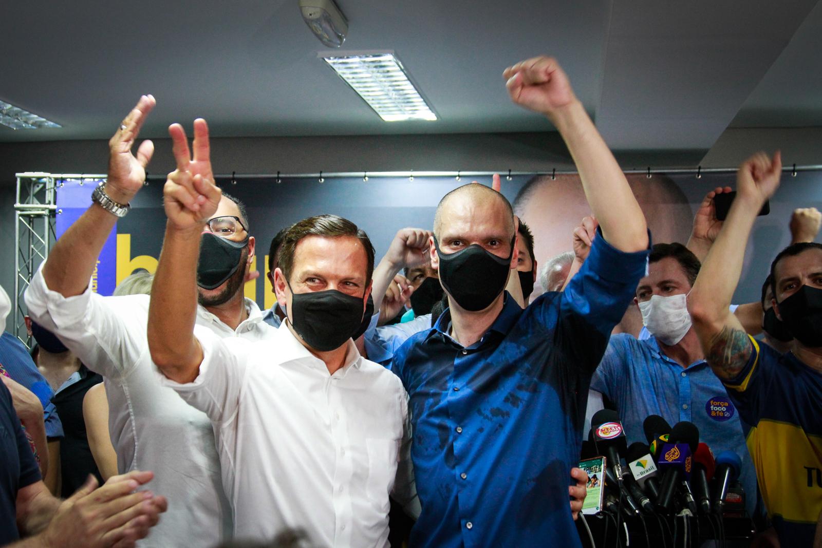 Bruno Covas comemora, ao lado do governador João Doria (PSDB), a vitória na eleição para a prefeitura