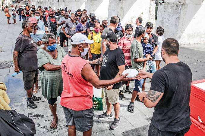 En Río de Janeiro, voluntarios ayudan a calmar el hambre que trajo la covid