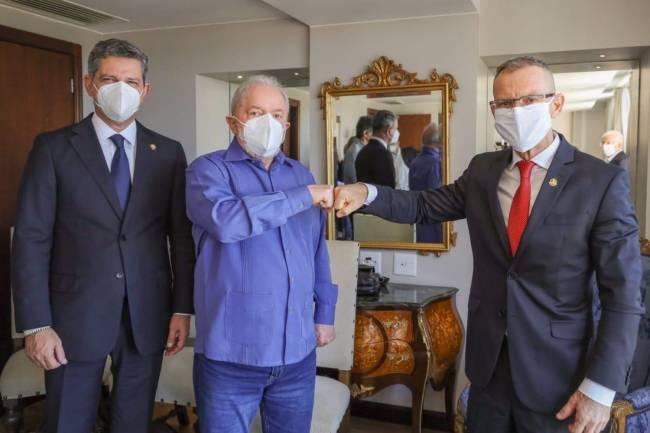 Lula posou para uma foto com o senador Fabiano Contarato (Rede-ES) ao lado do também senador Rogério Carvalho (PT-SE) -