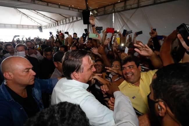 O presidente Jair Bolsonaro não usou máscara ao interagir com outras pessoas e provocou aglomerações durante uma visita a Maceió -