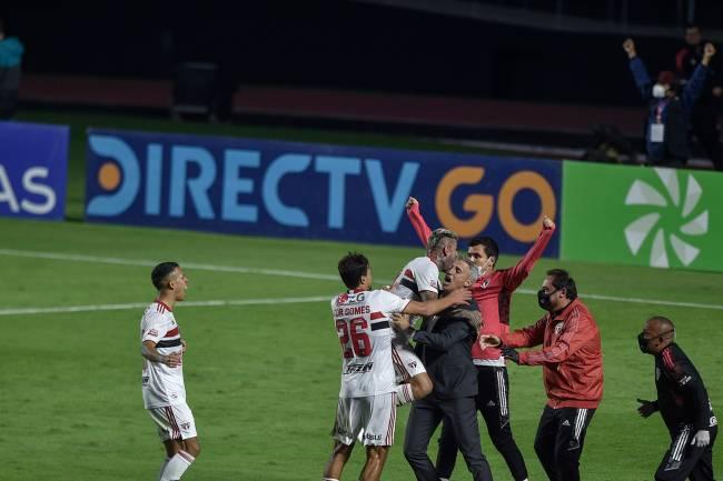 Crespo comemorando o gol do Sāo Paulo com os jogadores da equipe -