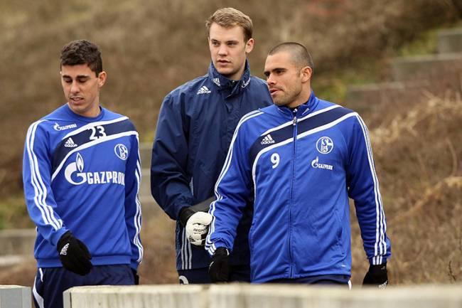Danilo Avelar e Manuel Neuer pelo Schalke 04, em 2011 -