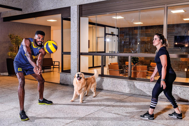 Isac Santos, 30, jogador de vôlei, com a esposa, Luíla -