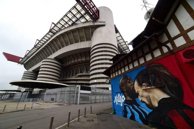 Briga entre Lukaku e Ibrahimovic foi retratada em mural próximo ao estádio San Siro