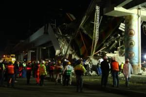 Equipe de resgate ao lado de destroços após acidente em metrô na Cidade do México. 03/05/2021