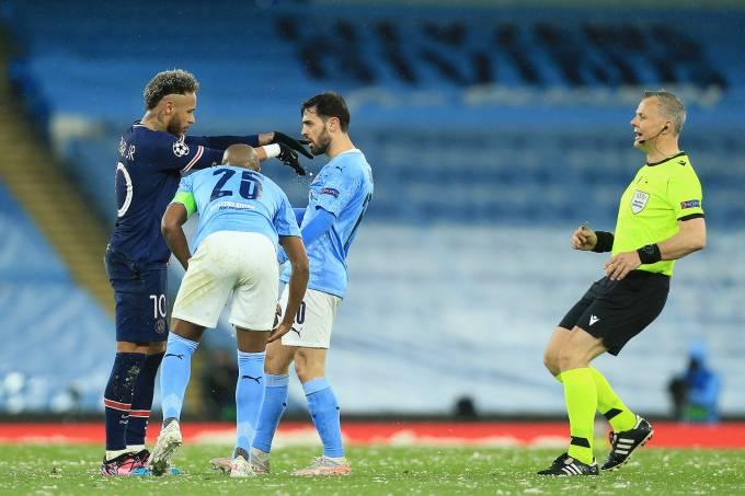 Neymar discute com atletas do Manchester City