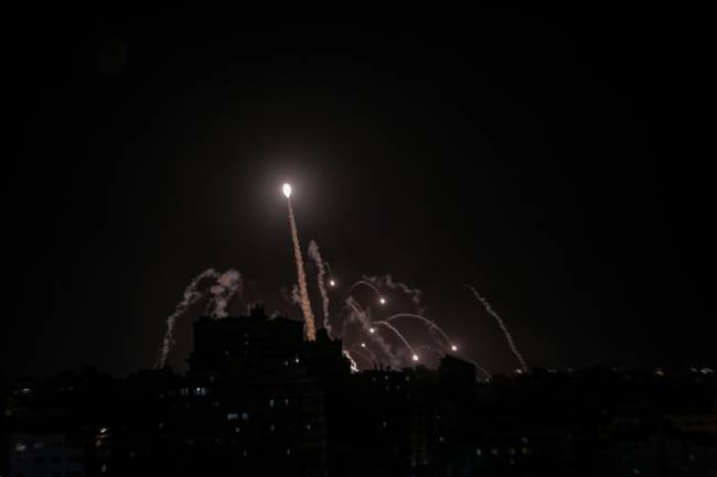 Sistema de defesa antiaérea de Israel intercepta foguetes do Hamas