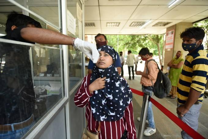 Equipe médica realiza teste de coronavírus na Índia