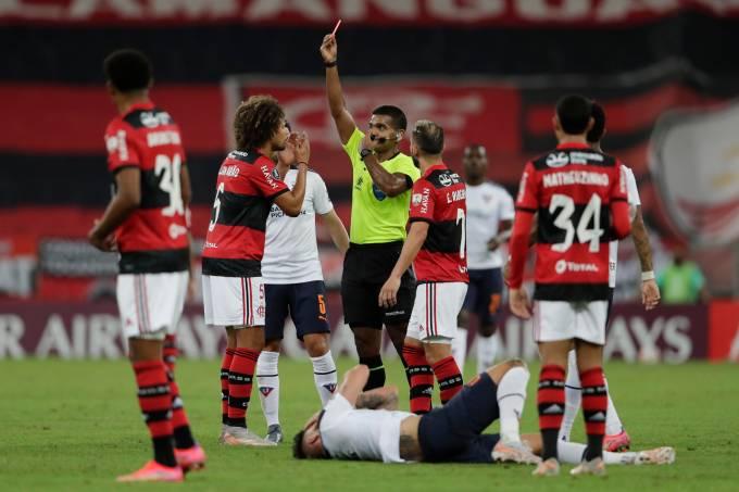 """Willian Arão, do Flamengo, foi expulso logo no início da partida contra a LDU""""'"""
