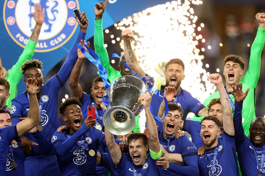 PORTO, PORTUGAL - MAY 29: Cesar Azpilicueta of Chelsea lifts the Champions League Trophy following their team's victory in the UEFA Champions League Final between Manchester City and Chelsea FC at Estadio do Dragao on May 29, 2021 in Porto, Portugal. (Photo by Alexander Hassenstein - UEFA/UEFA via Getty Images)