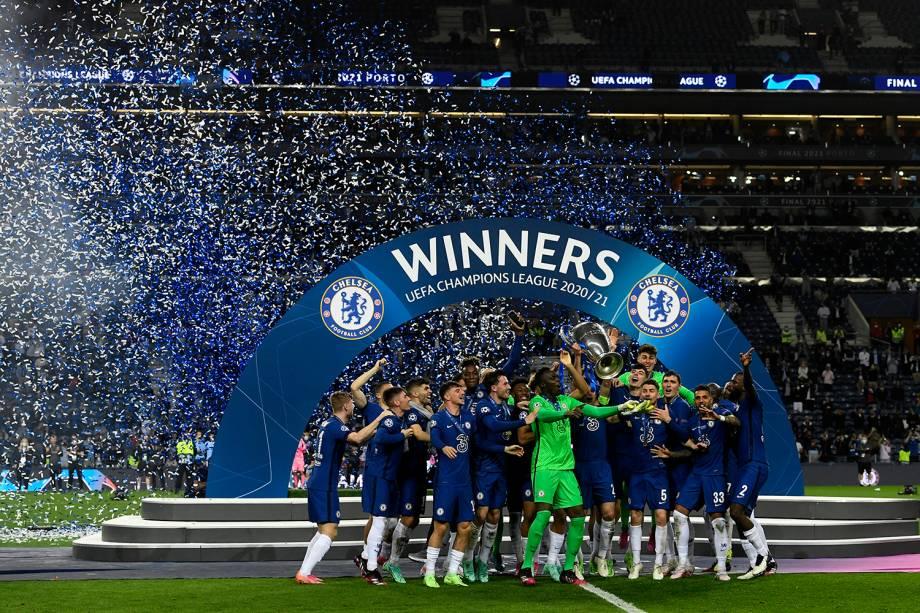 Jogadores do Chelsea comemoram com a taça o título da Liga dos Campeões -