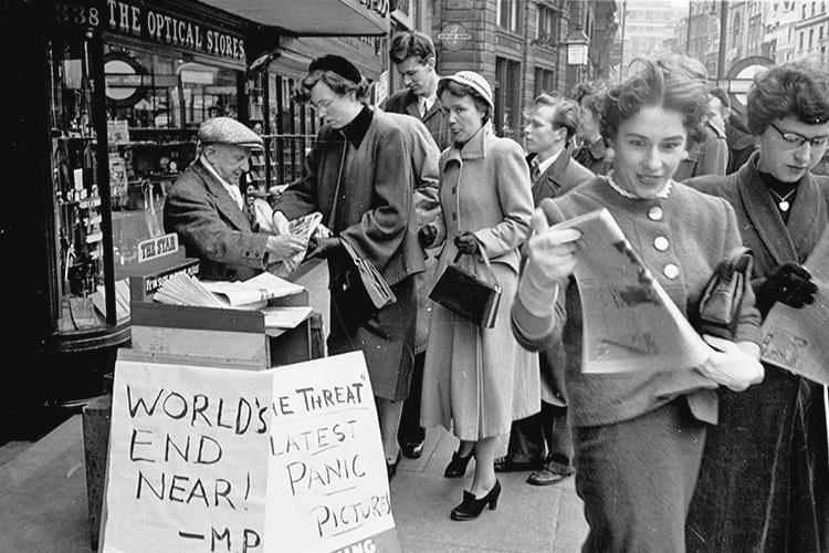 EM 1954- Londres: homem anuncia invasão vinda do espaço -