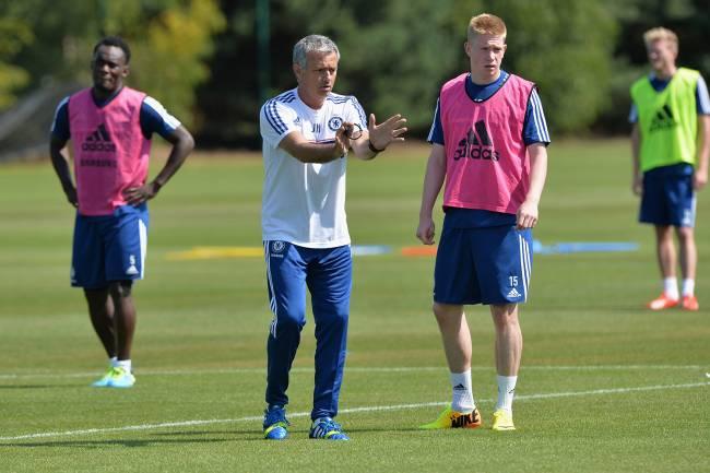 Kevin De Bruyne durante treino do Chelsea com o técnico Jose Mourinho -