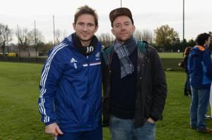 Damon Albarn ao lado de Frank Lampard, ídolo do Chelsea -