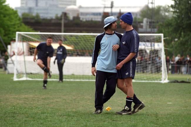 Liam Gallagher (Oasis) encarando Damon Albarn (Blur) durante um torneio amistoso, em 1996 -