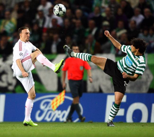 Franck Ribéry em duelo com o atual técnico do Palmeiras, Abel Ferreira, em 2009 -
