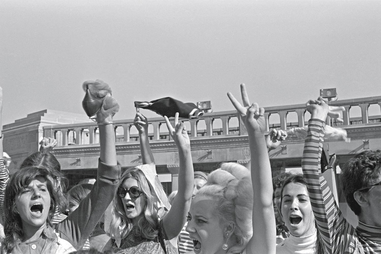 """PROTESTO -EUA, 1968: mulheres ensaiam a queima da peça """"opressora"""" -"""
