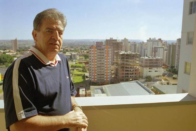 Januário de Oliveira, ex-locutor esportivo em seu apartamento
