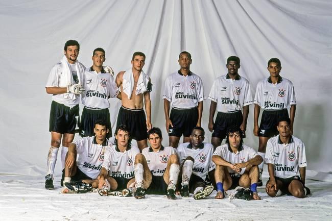 Time do Corinthians, em pé: Ronaldo, André Santos, Zé Elias, Pinga, Vitor e Elivélton; agachados: Marques, Tupazinho, Silvinho, Ezequiel, Fabinho e Marcelinho Carioca, após partida, em 1995 -