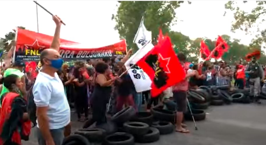 Grupos de esquerda fazem protesto contra Bolsonaro em Alagoas