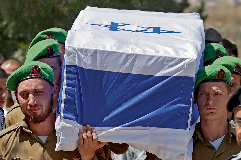 TRÁGICO IMPASSE -Enterro em Israel: soldado leva colega morto em um conflito sem solução à vista -