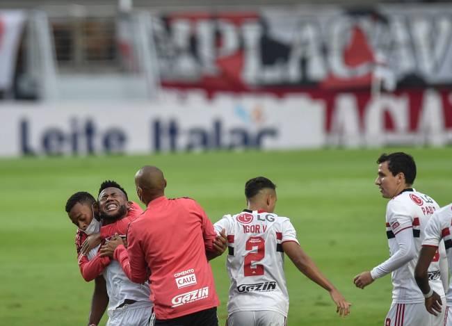 Luan comemora seu gol contra o Palmeiras