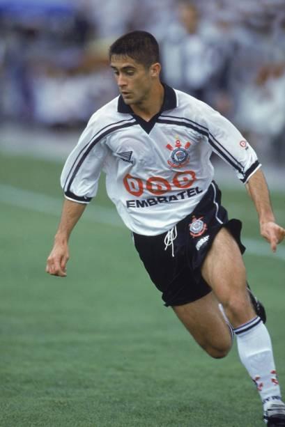 Sylvinho, do Corinthias, no jogo contra o Cruzeiro, no Estádio do Morumbi, em 1998 -