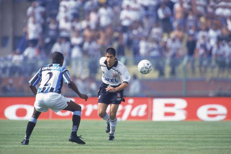 Sylvinho no jogo Corinthians contra o Grêmio, pelo Campeonato Brasileiro, no Estádio do Pacaembu, em 1998 -