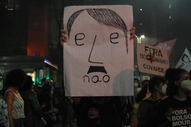 Manifestante segura cartaz em manifestação contra o governo de Jair Bolsonaro na Avenida Paulista, em São Paulo -