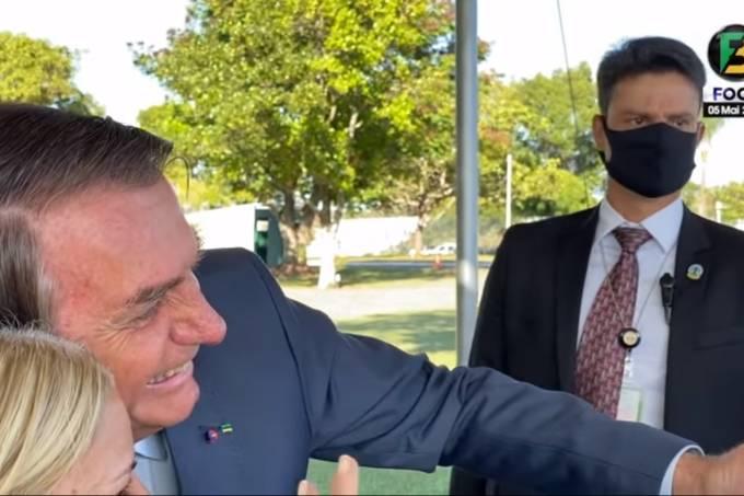 Bolsonaro abraça apoiadora sem máscara, na manhã desta quarta-feira